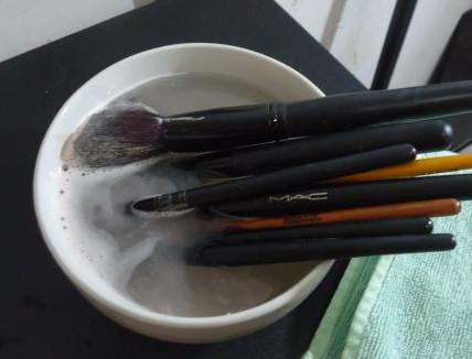 Membersihkan Makeup Brush