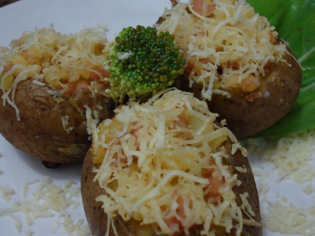 Resep kentang panggang dengan keju yang meleleh