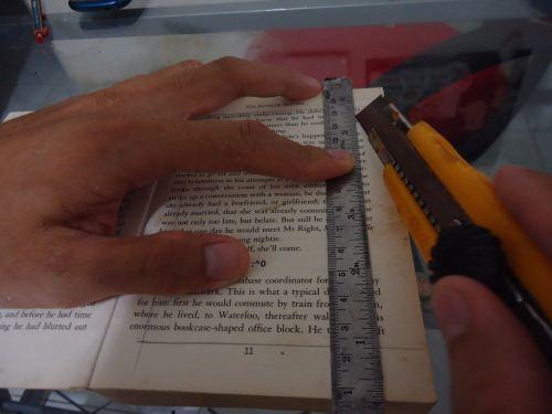 memotong bagian tengah buku