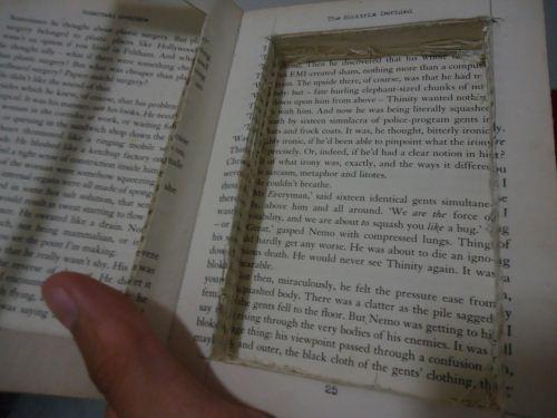 lubangi bagian tengah buku