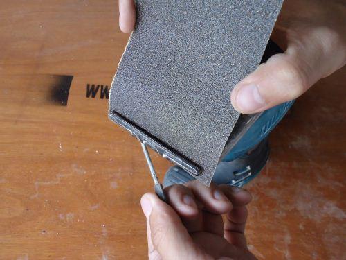cara memasang kertas amplas pada mesin