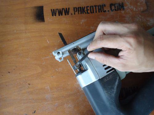 cara memasang mata gergaji jigsaw