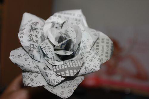 bunga mawar dari koran