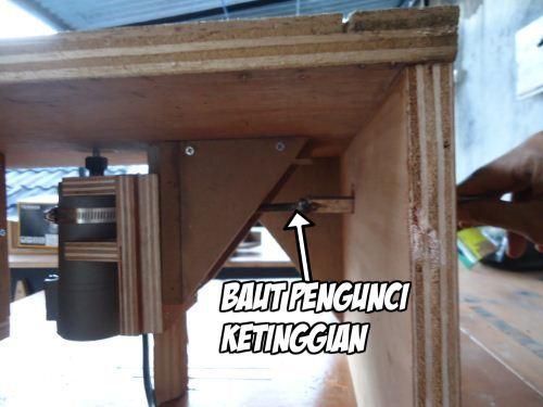 rel dan dudukan trimmer terpasang pada bawah meja