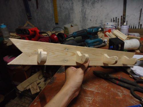 gantungan baju dari kayu