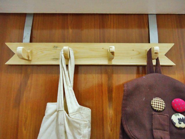 Gantungan baju kayu