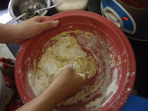 adonan membuat roti hotdog