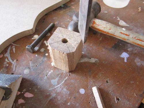 membubut kayu kotak menjadi bundar