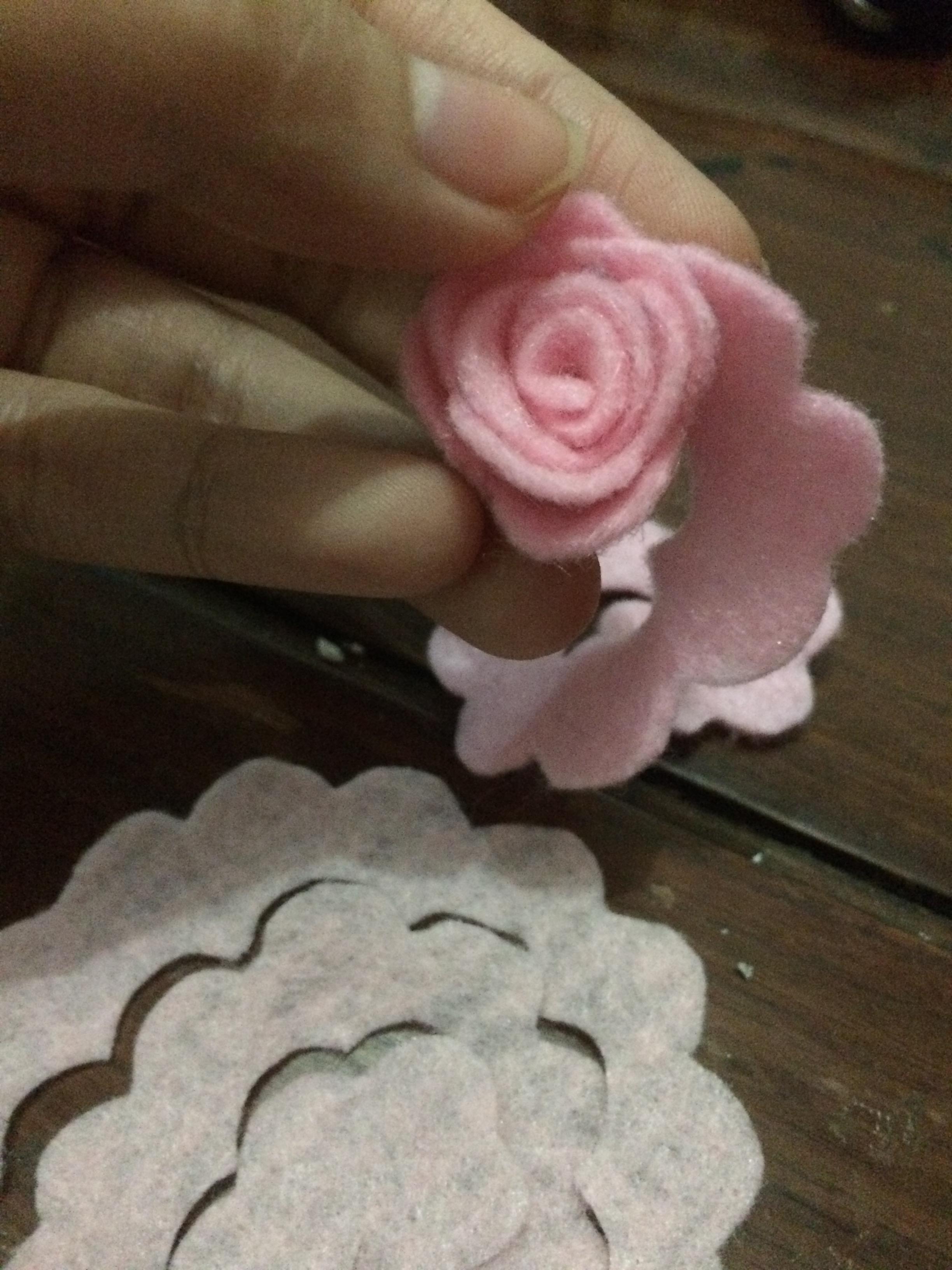 cara membuat bunga mawar dari kain flannel