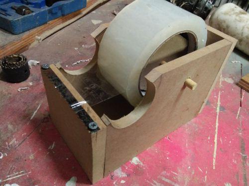 membuat sendiri dispenser lakban dari kayu