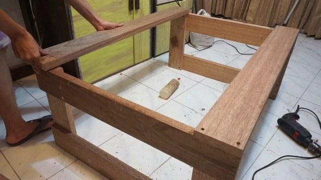 merakit meja kayu meranti