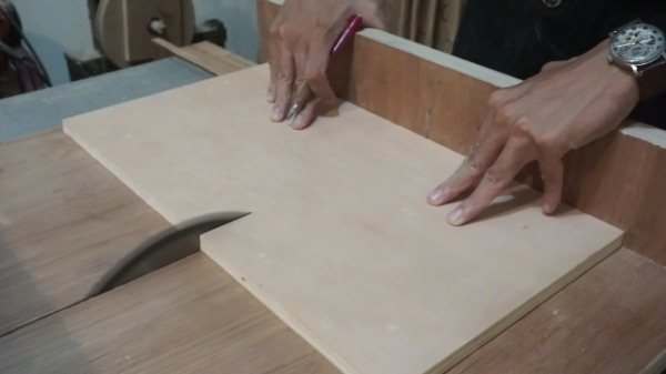potong plywood menggunakan sled table saw