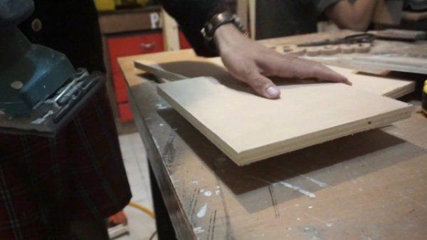 amplas plywood menggunakan mesin amplas