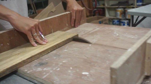 Potong kayu menggunakan table saw