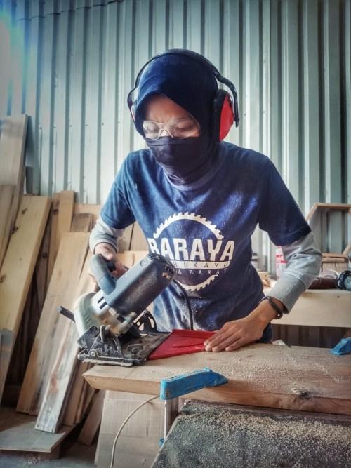 Sesa Susanty woodworker cewek Indonesia