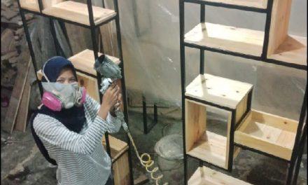 Woodworker perempuan paling skillfull di Indonesia.