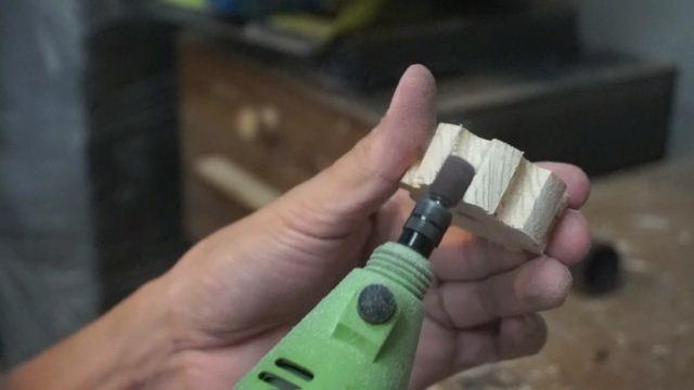 menghaluskan kayu menggunakan dremel